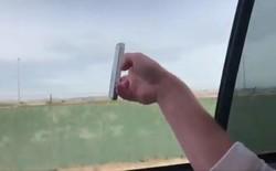 Trào lưu kỳ quặc trong giới trẻ Mỹ: Thi nhau thò đồ vật ra khỏi ô tô đang chạy để thử thách trọng lực