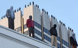 Một họa sĩ dựng 84 bức tượng lên nóc nhà cao tầng, câu chuyện phía sau cho thấy đàn ông mong manh đến mức nào