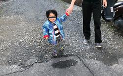 Bức ảnh chụp cậu bé lơ lửng trên không khiến Internet xôn xao vì quá ảo