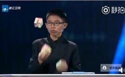 Cậu bé 12 tuổi gây ngỡ ngàng cả thế giới khi hoàn thành xếp 3 khối Rubik khi chơi tung hứng