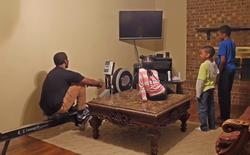 Anh chàng YouTuber chế ra máy phát điện chạy bằng cơm cho đàn con vừa chơi điện tử vừa tập thể dục