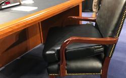 Mark Zuckerberg phải đặt thêm 1 tấm đệm nữa lên ghế để ngồi cho êm lúc điều trần