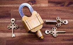 Ổ khóa 3 chìa không lỗ này khiến Internet đau đầu vì không biết mở kiểu gì