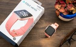 Cận cảnh smartwatch Fitbit Versa hồng nam tính: có tính năng theo dõi chu kỳ kinh nguyệt chị em, giá 5.490.000 VND