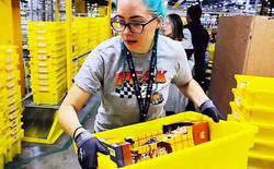 Nhân viên trong kho Amazon của tỷ phú giàu nhất thế giới Jeff Bezos làm việc bận tới mức phải đi vệ sinh ra chai vì lo bị phạt