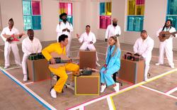 Ariana Grande khoe giọng hát cực đỉnh ngay trên nền nhạc do bộ phụ kiện bìa cứng của Nintendo Switch tạo ra