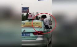 Con gái làm bài tập trên mui xe khiến người cha lái taxi bị đình chỉ công tác