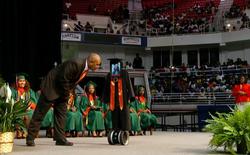 Nữ sinh đang phải nằm viện khiến cả trường bất ngờ khi dự lễ tốt nghiệp bằng robot