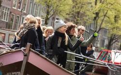 Cách giảm ô nhiễm môi trường nước độc đáo ở Amsterdam: Cho đi tour thuyền có HDV miễn phí nhưng du khách phải... dọn rác