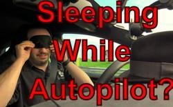 """[Video] Nhân viên của Tesla """"không thèm"""" nhìn đường khi thử nghiệm chế độ tự lái của mẫu xe Model S trên đường cao tốc"""