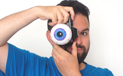 Nhiếp ảnh gia tạo ra ống kính máy ảnh có hình dạng của ... một con mắt