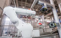Bên trong nhà kho chỉ có 4 nhân viên tại Trung Quốc, nơi robot chuẩn bị thay thế hoàn toàn cho con người