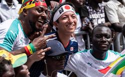 Sau trận hòa 2-2 giữa Nhật Bản và Senegal, fan của cả hai đội đồng thanh hát nhạc anime trên đường phố Nga