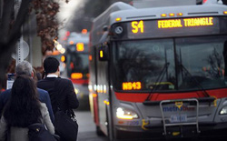 Vì sao bạn đợi mãi chẳng thấy xe bus nhưng lúc sau lại có tận 2 chiếc cùng tới? Tất cả đều có thể giải thích được bằng toán học chứ không phải do tắc đường
