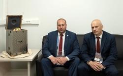 Cúp vàng World Cup được chuyển tới SVĐ Luzhniki trong case Louis Vuitton thửa riêng, được bảo vệ bởi 2 vệ sĩ