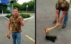 Bất bình với nhà mạng, người đàn ông Canada cầm rìu bổ nát modem