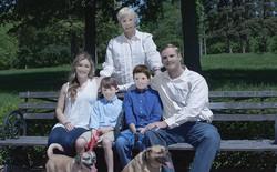 Bỏ ra gần 6 triệu để thuê thợ chụp ảnh, gia đình này nhận được loạt ảnh photoshop trông vừa sợ vừa buồn cười