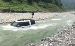 Trung Quốc: Suýt bị cuốn trôi cả người lẫn xe vì lái Land Rover xuống sông để đỡ mất tiền rửa