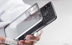 """Câu trả lời cho tranh cãi về mặt lưng Mi 8 EE: Không phải hình dán 3D, cũng chẳng phải là linh kiện """"thật"""""""