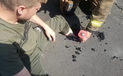 Anh: Nóng đến nỗi nguyên bàn chân lún xuống nhựa đường