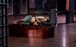 """Ảnh: Thượng Hải nóng """"như lò lửa"""", người dân phải đổ ra đường ngủ"""