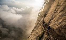 Khám phá đỉnh Hoa Sơn huyền thoại với đường leo núi nguy hiểm bậc nhất thế giới: Con người mới đáng sợ chứ không phải cảnh quan!