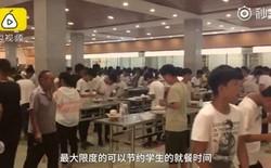 Một trường học Trung Quốc dẹp hết ghế trong căng tin để học sinh đứng ăn cho nhanh, học cho nhiều
