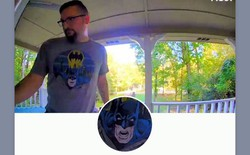 Chuông cửa thông minh không cho chủ vào nhà vì tưởng hình Batman trên áo là kẻ xấu