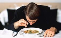 Bạn nên làm gì khi tìm thấy một sợi tóc trong đồ ăn của mình?