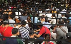 """Singapore: Thanh niên lũ lượt """"camp"""" iPhone XS trước 20 tiếng, một mét vuông bốn chú ngồi chung"""