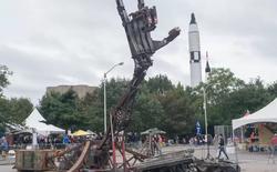 Những thứ đồ hay ho nhất hội chợ đồ tự chế DIY: từ cánh tay robot khổng lồ nghiền nát ô tô, tới thiết bị sạc pin bằng cách đi bộ