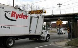 """Đây là cây cầu nổi tiếng đã khiến bao chiếc xe tải bị """"bào lưng"""" tại Mỹ"""