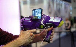 [CES 2018] Trải nghiệm súng chơi game thực tế tăng cường Merge Blaster