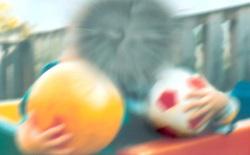 Một cậu bé bị thủng giác mạc, mất 80% thị lực vì chơi đèn laser