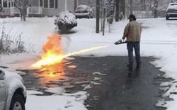 Quá chán việc phải cầm xẻng dọn tuyết, anh chàng người Mỹ này đã dùng súng phun lửa để làm sạch đường phố