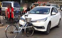 Xe đạp Trung Quốc đâm móp đầu ô tô Nhật nhưng không hề hấn gì