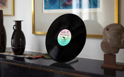 Đĩa nhựa Vinyl giờ cũng biến thành loa Bluetooth được, âm thanh trong trẻo, bass đầy đặn mà còn được tiếng bảo vệ môi trường