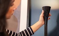 Chiếc đèn sàn này của Panasonic được trang bị một camera an ninh bí mật như phim viễn tưởng