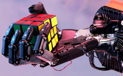 Trong khi bạn hai tay chưa chắc đã giải được khối rubik thì con robot này làm được chỉ với một tay