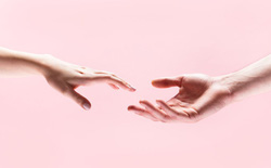 Khoa học chứng minh: Nắm tay có thể san sẻ được nỗi đau, đó là khi sóng não chúng ta được đồng bộ
