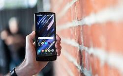 Làm thế nào Motorola Razr mới không hề có nếp gấp khi gập xuống như các smartphone màn hình gập khác?