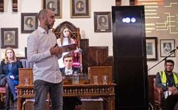 """Màn tranh luận có một không hai: Robot """"cãi nhau"""" xem AI có lợi hay có hại, con người ngồi nghe và đánh giá"""
