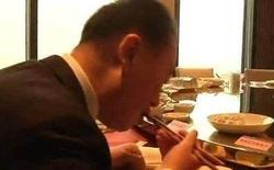 Trái ngược với đứa con 'phá gia chi tử', bố của Vương Tư Thông chỉ cần ăn bánh bao cũng đủ bữa