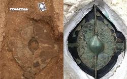 Phát hiện mộ cổ 2000 năm tuổi chứa hài cốt chiến binh thời Đồ Sắt, bên trong chứa tấm khiên có giá trị đến không ngờ
