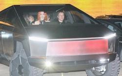"""Tận dụng """"của nhà trồng được"""", Elon Musk lái Cybertruck ra ngoài ăn tối cùng bạn bè"""