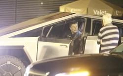 Toang rồi: Elon Musk lái Cybertruck đi ăn tối về xong đâm đổ luôn cọc tiêu giao thông
