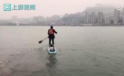Ngán cảnh tắc đường mất cả tiếng, anh nhân viên chèo thuyền vượt sông đi làm mất có 6 phút
