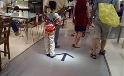 Vẽ mũi tên giả dưới sàn nhà, người đàn ông vô tình biến IKEA thành mê cung không lối thoát