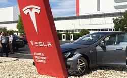 Giá xe Tesla giảm mạnh tới cả tỷ đồng, khách Trung Quốc nổi giận chăng biểu ngữ phản đối công ty của Elon Musk
