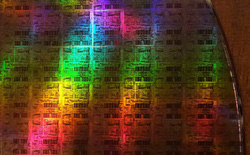 Tại sao các nhà sản xuất chip không tăng kích thước chip để tăng số lượng transistor mà phải tìm mọi cách để thu hẹp chip?